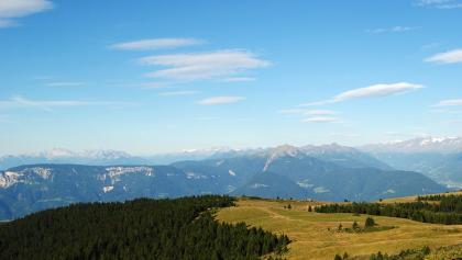 Blick über den Tschöggelberg zur Mendel und Laugen