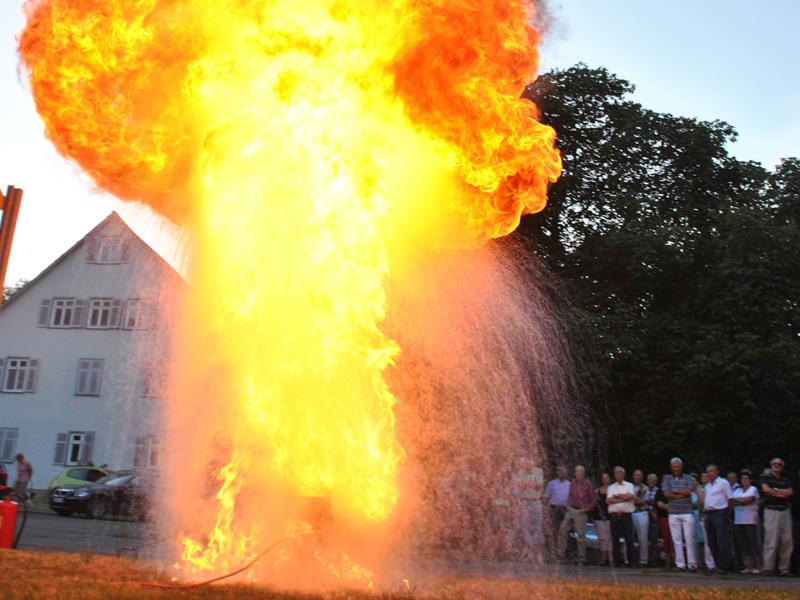 Gerne bieten wir Ihnen die Möglichkeit Ihren Besuch mit einer Fettexplosion, wie Sie in jedem Haushalt bei dem Versuch brennendes Fett mit Wasser zu löschen vorkommen kann, abzurunden.   - © Quelle: D. Bürk