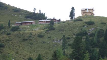 Schachenhaus mit dahinter liegendender Berghütte (bewirtschaftet)