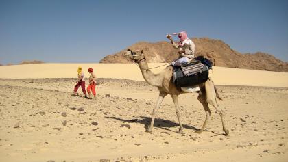 Auf dem Kamel und zu Fuß