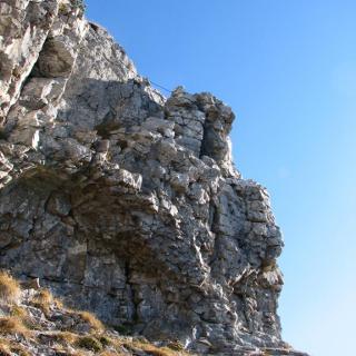 Senkrechte Wand unterhalb des Gipfels