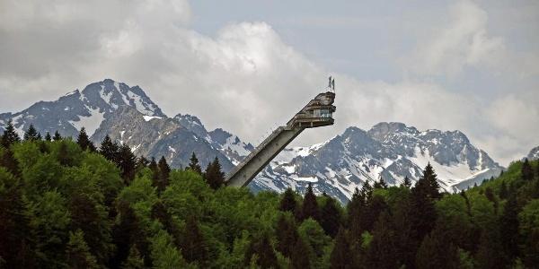 Die Skiflugschanze vor beeindruckender Bergkulisse