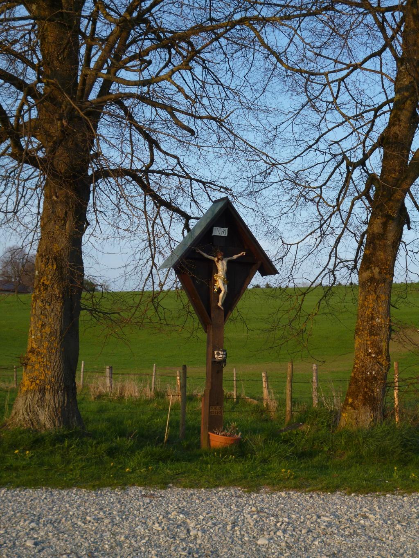Wegkreuz auf dem freien Feld südöstlich von Iffeldorf. (Monika Heindl)