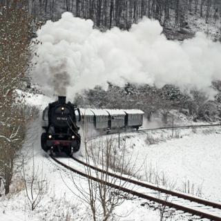 Dampfzug mit Baureihe 50 im Winter