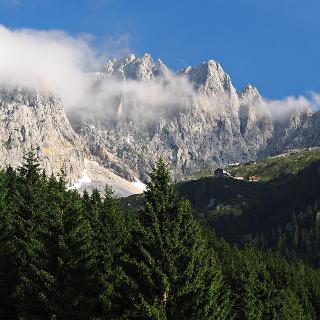 Die Ellmauer Halt im Licht der Morgensonne (ziemlich genau in der Mitte links von dem kleinen Zacken). Darunter auf einer kleinen Ebene die Gruttenhütte, Ausgangspunkt vieler Touren im Wilden Kaiser.