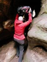 Foto In den engen Felsengassen im Labyrinth heißt es Rucksack abnehmen und über Kopf tragen