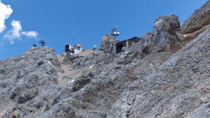 Links oben die Bergstation der Tiroler Zugspitzbahn. Rechts darunter kann man noch die Reste der alten Bergstation erkennen.
