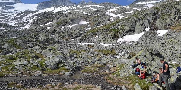 Rast bei der Lienlacke mit Blick zum Gipfel des Keeskogels