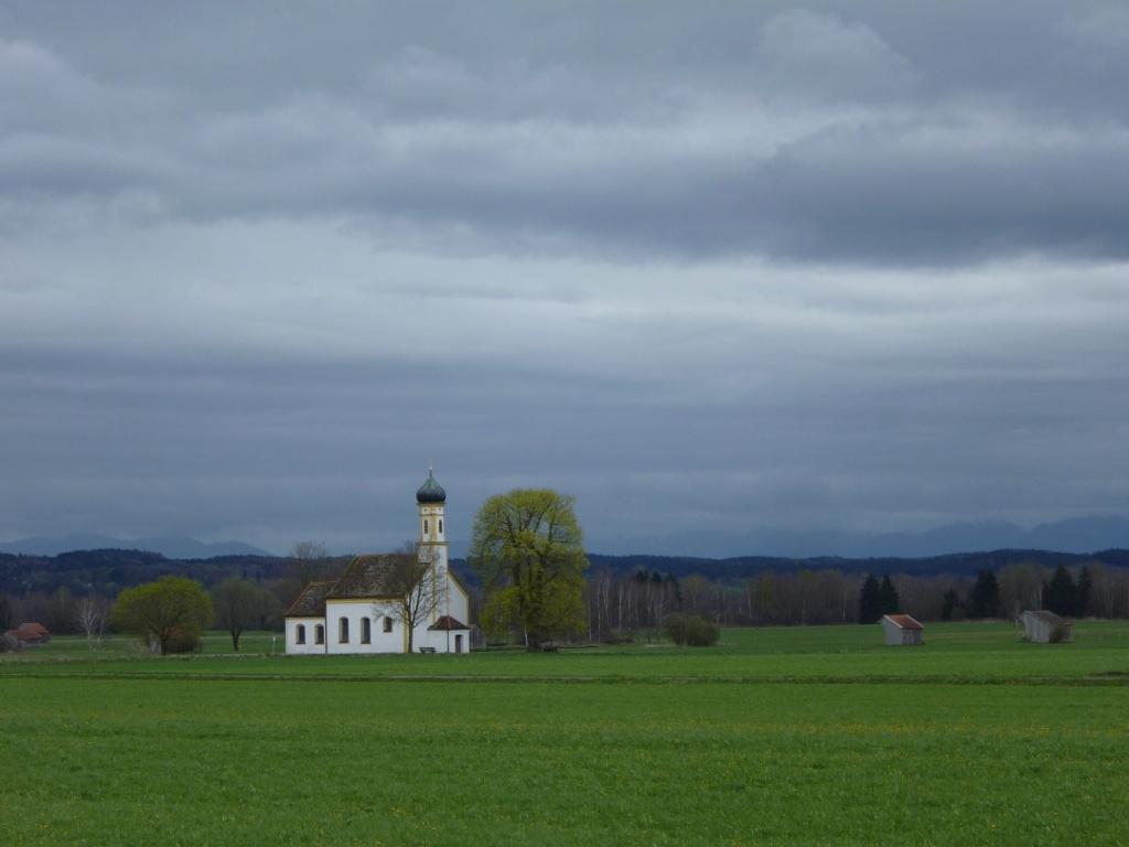 Traumhafter Blick auf die Kapelle St. Johann vor der majestätischen Alpenkette. (Monika Heindl)