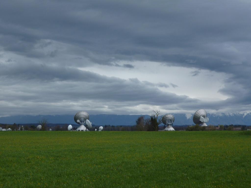 Die riesigen Antennen, die mitten auf der grünen Wiese stehen, wirken fast unwirklich. (Monika Heindl)