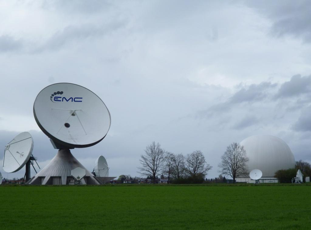 Die übergroßen Antennen der Erdfunkstelle und das Radom vor den Häusern von Raisting. (Monika Heindl)