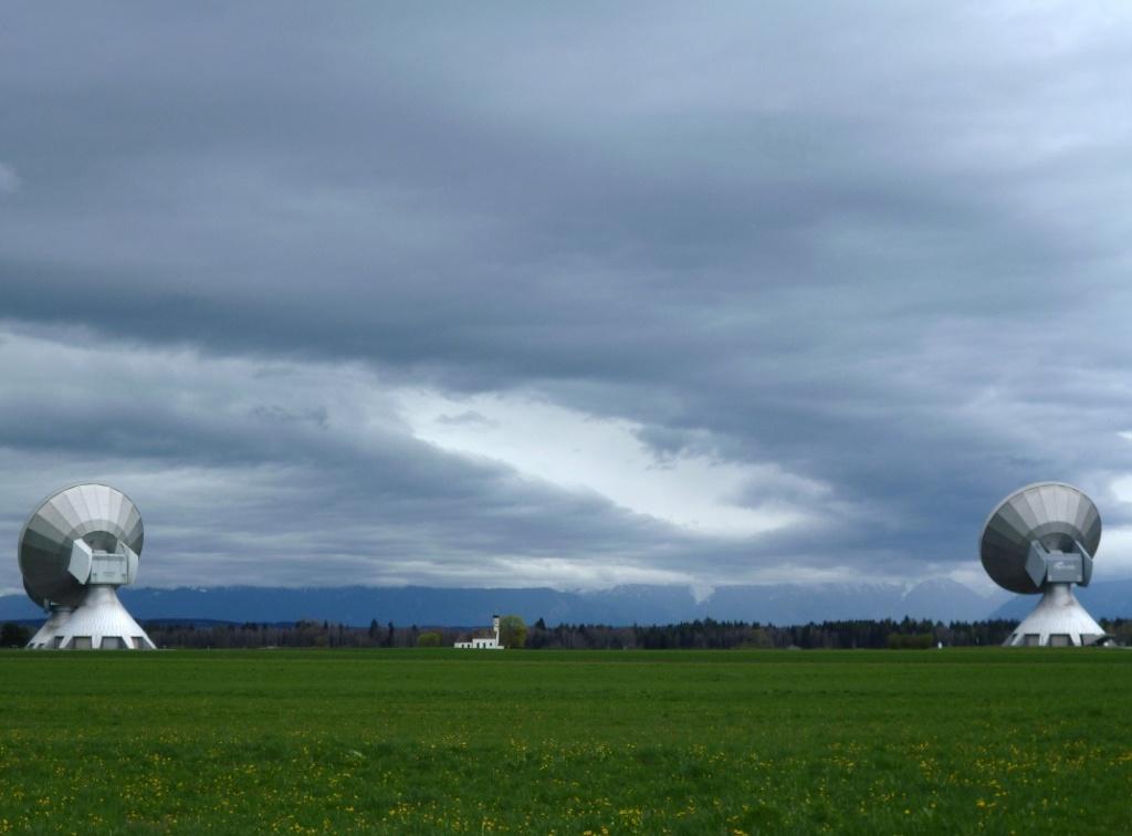 Blick zwischen den riesigen Antennen der Erdfunkstelle hindurch auf die Kapelle St. Johann. (Monika Heindl)