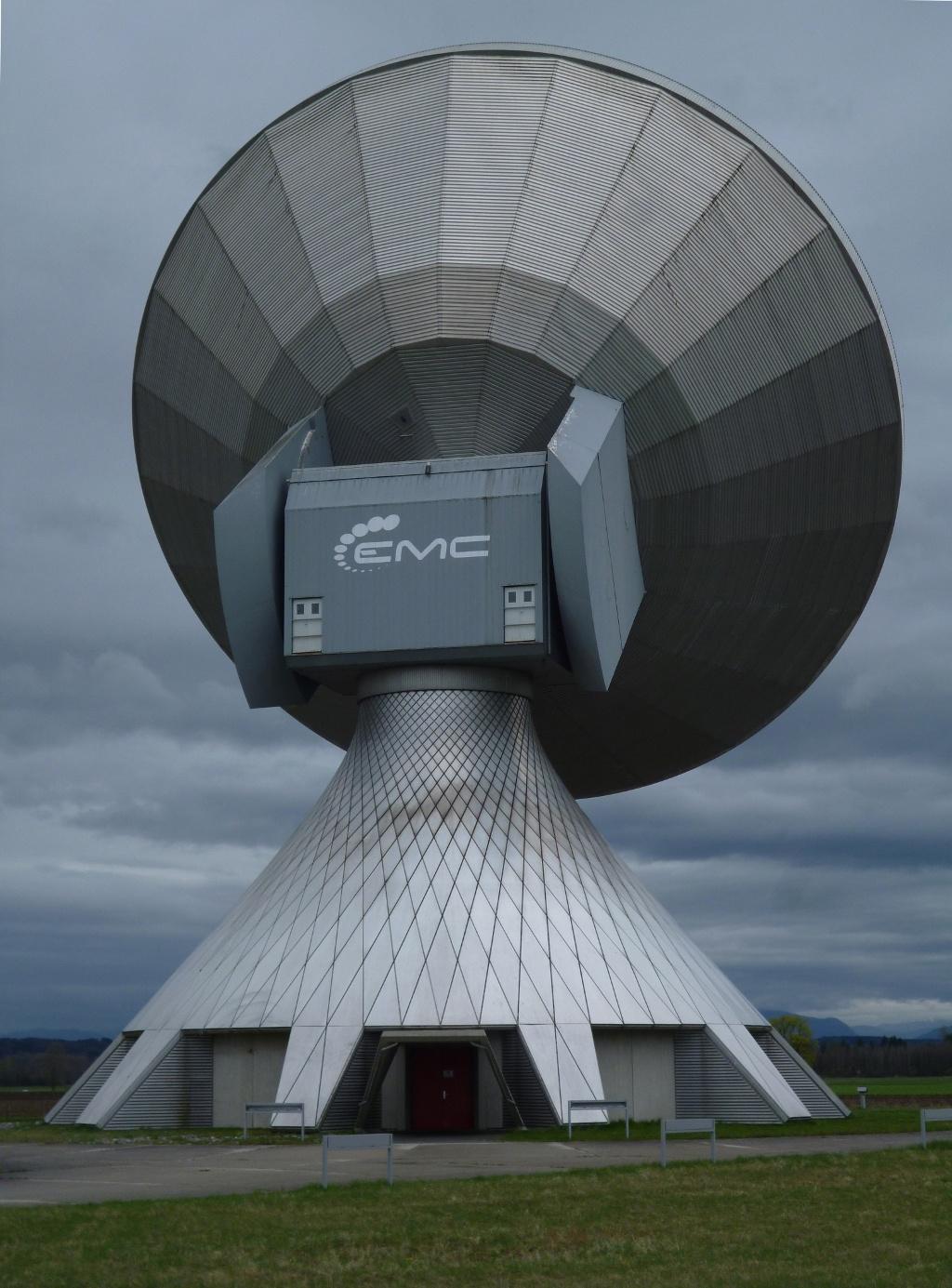 Ganz nah führt der Weg an den überdimensionalen Antennen vorbei, mittels derer der Kontakt zu den Satelliten hergestellt wird. (Monika Heindl)