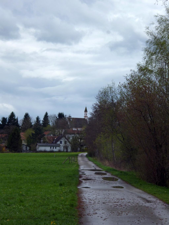 Mit Blick auf die Sölber Kirche St. Margareta geht es zurück in den Ort. (Monika Heindl)