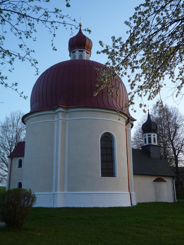 Die Heuwinklkapelle - links die zweigeschossige Sakristei, rechts der Vorbau mit dem Glockenturm. (Monika Heindl)