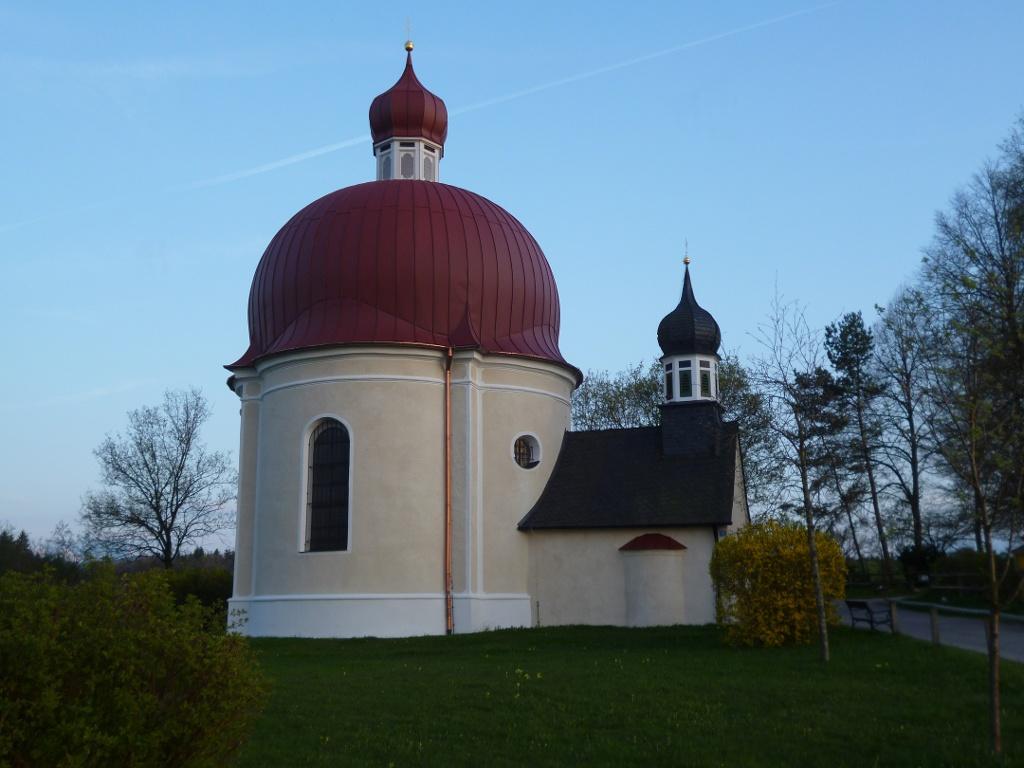 Der originelle Rundbau der Heuwinklkapelle mit dem vorgelagerten Glockenturm thront auf einem Hügel oberhalb von Iffeldorf. (Monika Heindl)