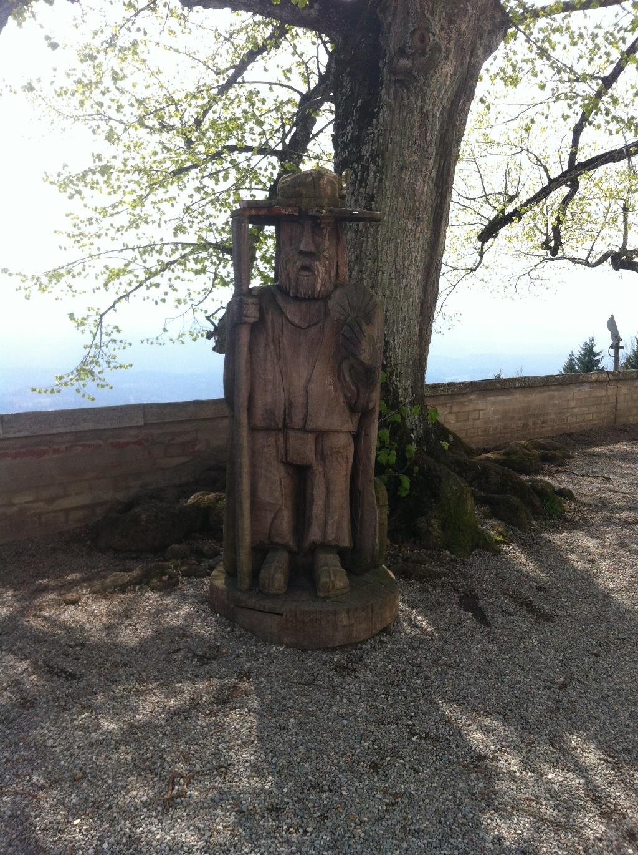 Auf dem Wetterlehrpfad treffen wir auf die Skulptur eines Jakobspilgers (Antonie Schmid)