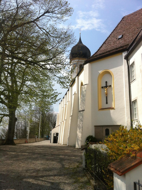 Wallfahrtskirche mit exponierter Lage auf dem Gipfel des Hohen Peißenbergs. (Antonie Schmid)