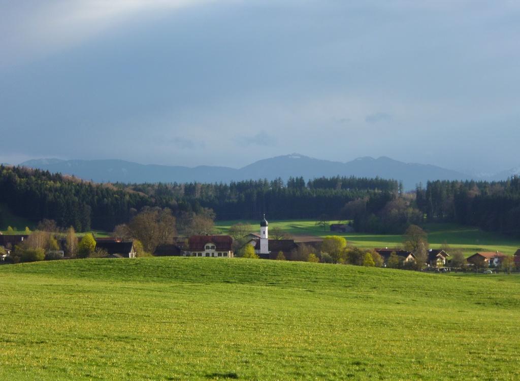 Schöner Blick auf Deutenhausen mit der Filialkirche St. Nikolaus - gesehen vom Sträßchen, das vom Birkhof nach Deutenhausen führt. (Monika Heindl)
