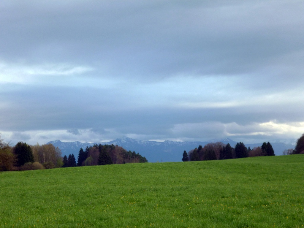Begleitet von einem grandiosen Bergpanorama führt der Weg vom Birkhof nach Westen. (Monika Heindl)