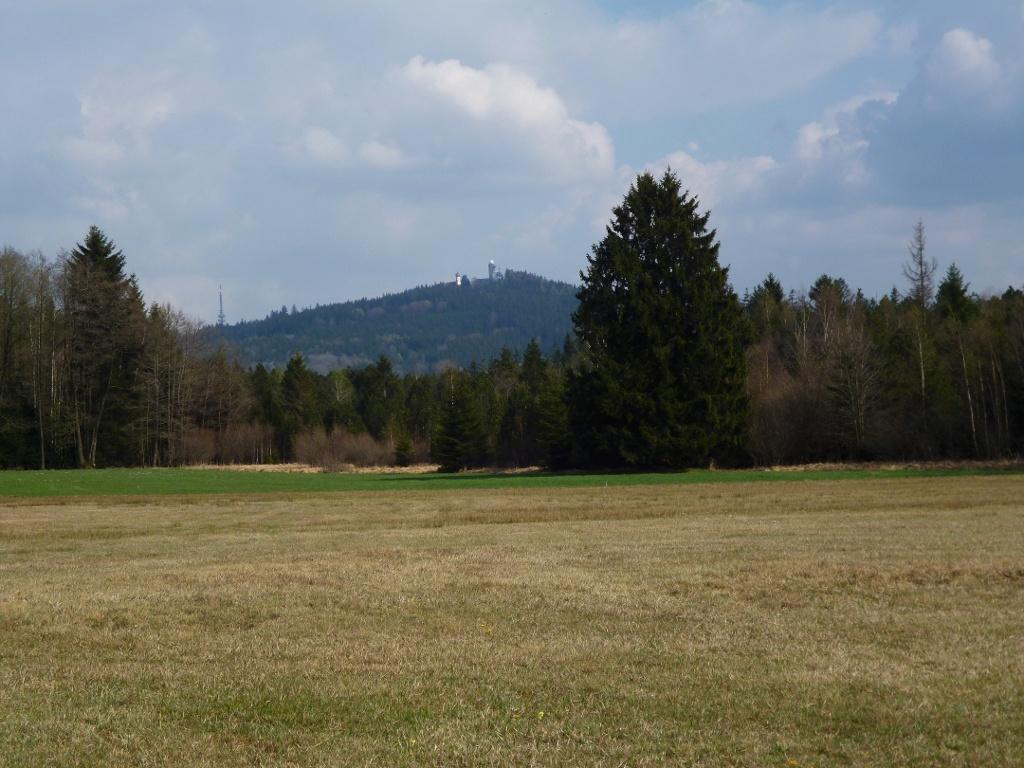 Vom Waldrand bietet sich ein traumhafter Blick über das Schwarzlaichmoor hinweg zum Hohen Peißenberg mit Fernsehturm, Wallfahrtskirche und Wetterstation. (Monika Heindl)
