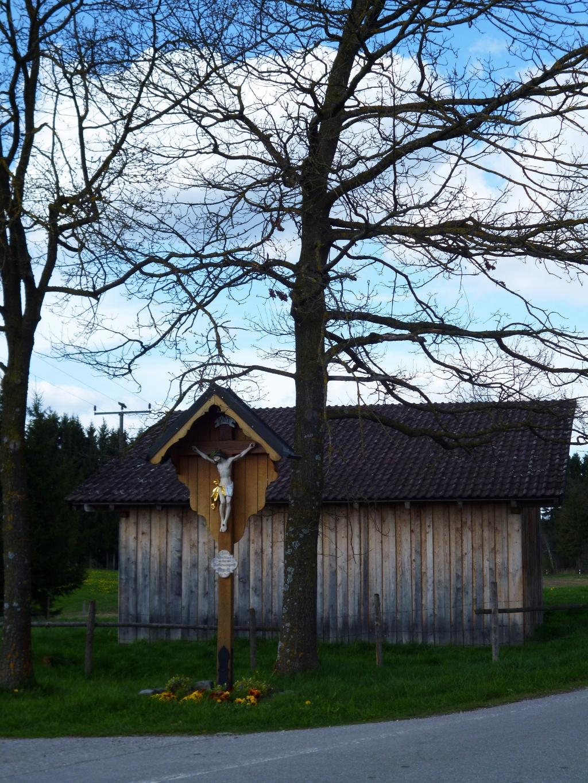 Wegkreuz an der Kreisstraße WM 11 wenig nördlich von Obersöchering. (Monika Heindl)