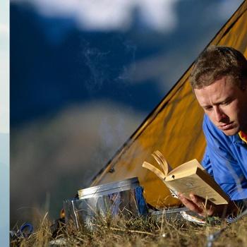 lesender Mann im Zelt