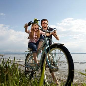 Mann und Kind auf dem Radl