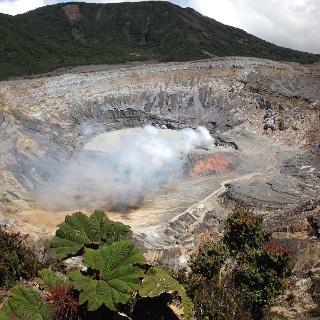 Der Hauptkrater des aktiven Vulkans