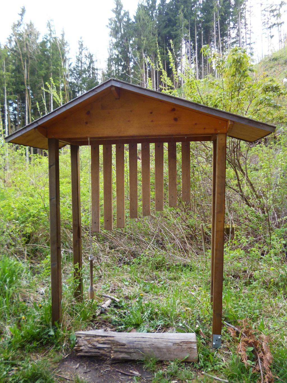 Naturinstrumente wie das Xylophon stimmen auf den Wald ein. (Monika Heindl)
