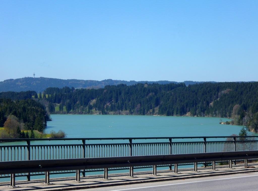 Blick von der Lechtalbrücke über den türkis leuchtenden Lech zum Fernmeldeturm auf dem Tannenberg. (Monika Heindl)