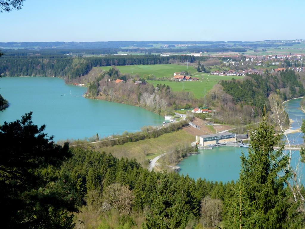 Beeindruckender Ausblick vom Kalvarienberg auf die Lechstaustufe 6 und den türkisfarbenen Lech. (Monika Heindl)