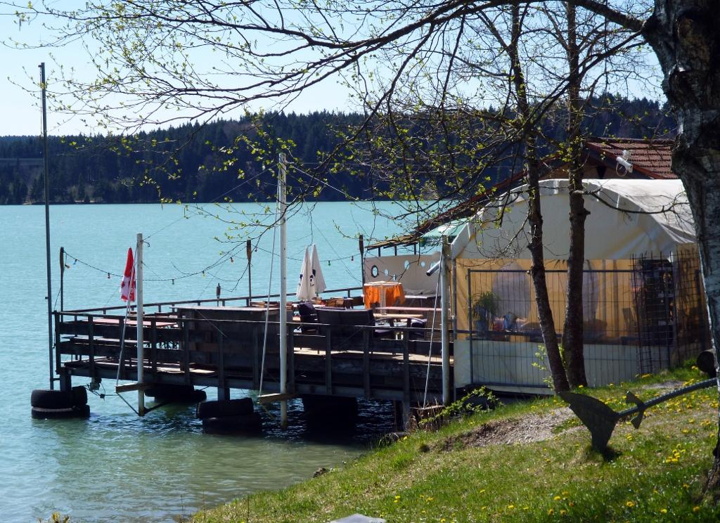 Das Bootshaus (regionale und mediterrane Küche) am westlichen Rand des Badestrands am Lechstausee. (Monika Heindl)