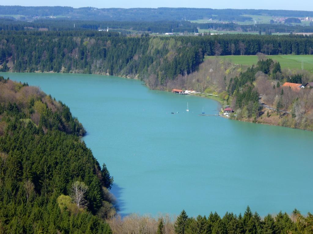 Eindrucksvoller Blick vom Kalvarienberg auf den Lechstausee mit Segelclub und Bootshaus (Sommergastronomie) (Monika Heindl)