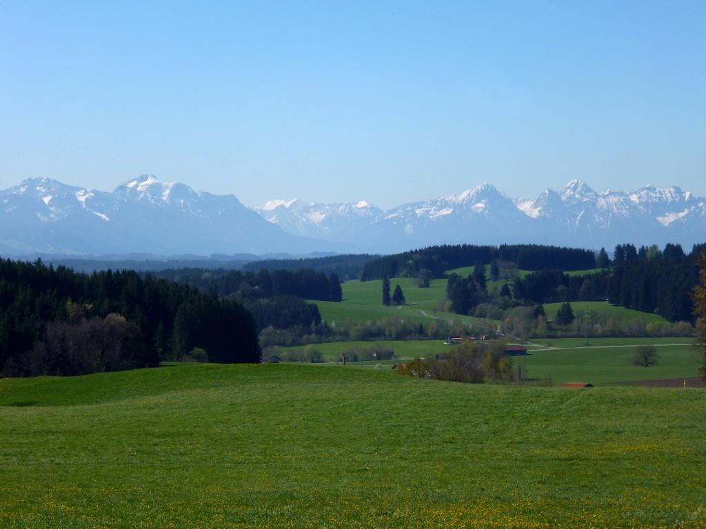 Begleitet von einem grandiosen Bergpanorama führt der Weg über den Kalvarienberg. (Monika Heindl)