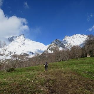 Das erste Stück vom Hotel verläuft entlang von Wiesen (im Winter kleines Skigebiet).