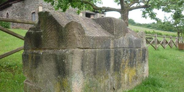 Steinerner Sarkophag vor der Römischen Villa