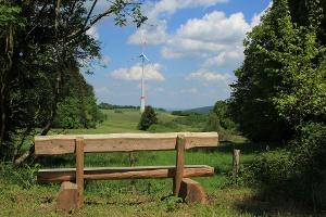 Ruhebank mit Blick auf Windrad(Foto: Daniel Thiel, Quelle: Tourist-Information Thalfang)