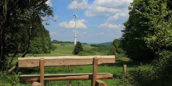 Ruhebank mit Blick auf Windrad
