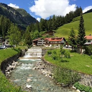 Höhenbach mit Hängebrücke im Hintergrund