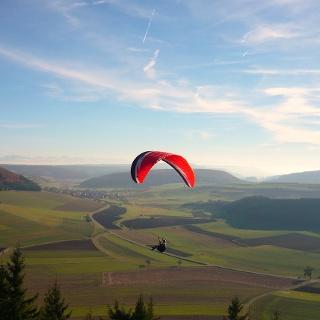 Aussicht vom Fürstenberg über das Dorf Hondingen und im Hintergrund die Alpenkette