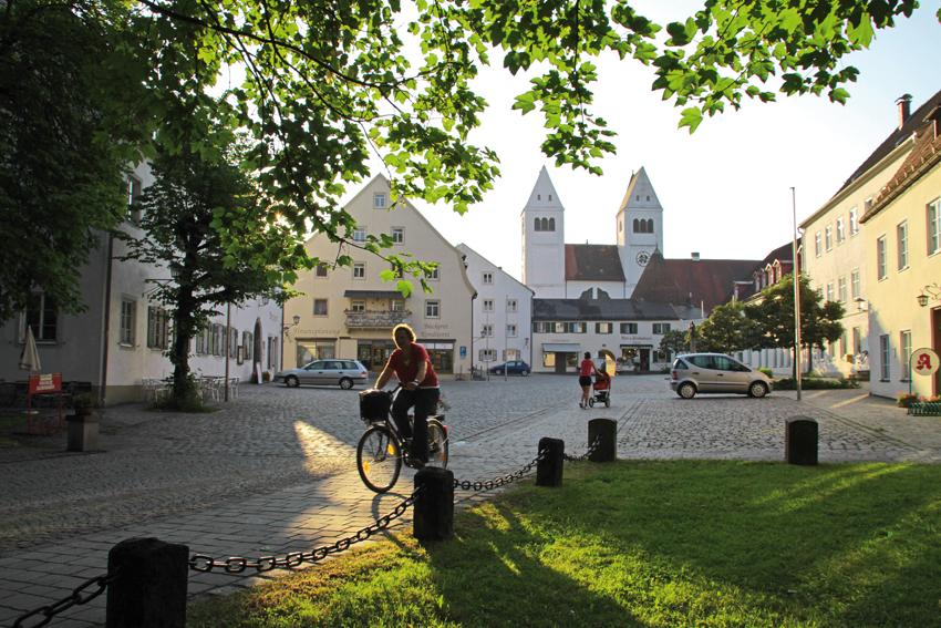 Majestätisch erheben sich die Kirchtürme der Klosterkirche am Marktplatz in Steingaden. ()