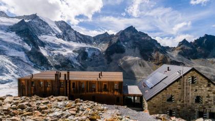 de hut ligt in een fantastische wereld van toppen en gletschers