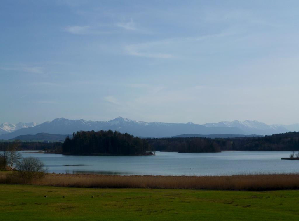 Der Große Ostersee mit seinem Nordostufer vor der eindrucksvollen Alpenkette. (Monika Heindl)