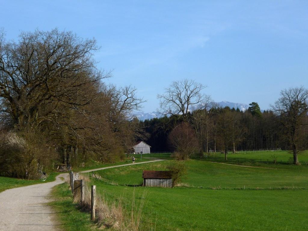 Begleitet von einem grandiosen Bergpanorama geht es am Großen Ostersee entlang zurück. (Monika Heindl)