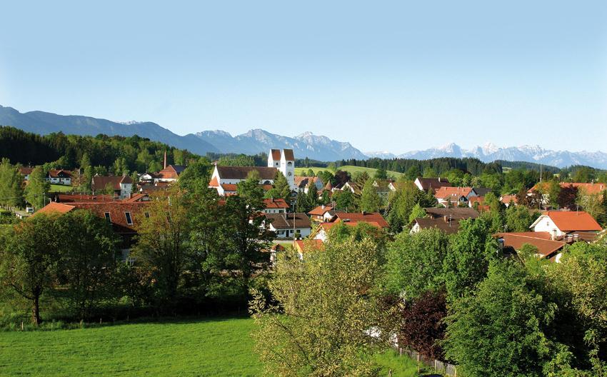 Weitblick auf das Welfenmünster Steingaden (Gras-Ober)