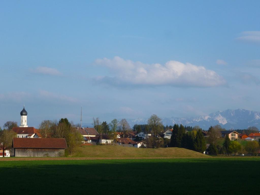 Begleitet von einem grandiosen Blick auf Iffeldorf und die Alpenkette geht es zurück zum Ausgangspunkt. (Monika Heindl)