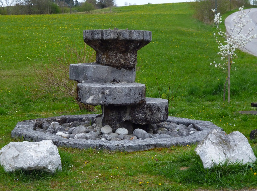 Tuffstein-Brunnen auf der Ostseite des Huglfinger Bahnhofs. (Monika Heindl)