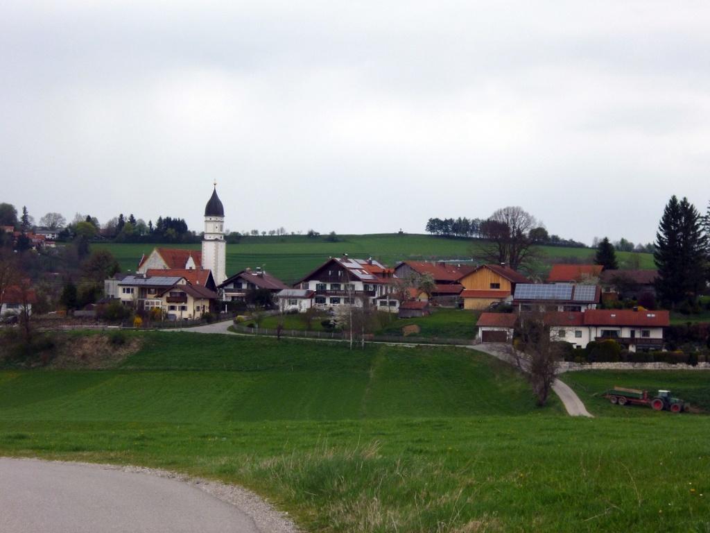 Oberhalb von Oberhausen genießen Spaziergänger einen wunderschönen Blick auf den Ort und den Kreuzbichel. (Monika Heindl)