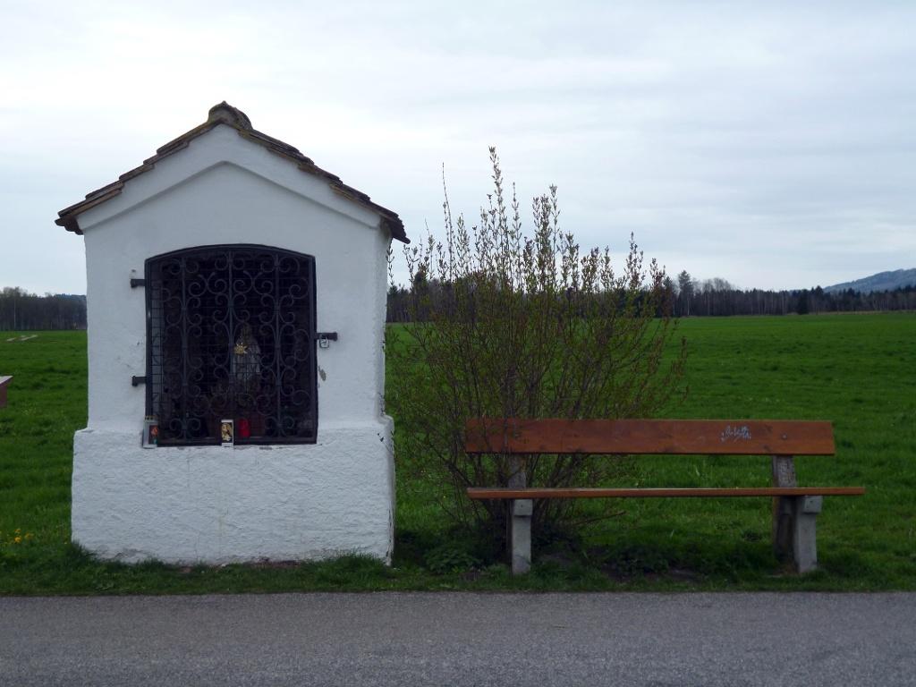 Bildstock mit Bank nordwestlich von Oberhausen. (Monika Heindl)